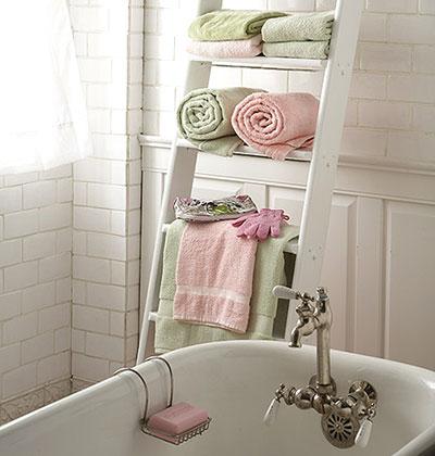 Prosoape alb si roz intr-o baie cu accente retro