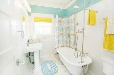 bright-and-cheerful-bathroom-with-colorful-accents