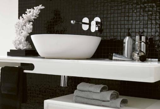 baie fundal negru accesorii albe