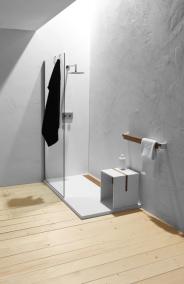 Baie minimalista perete spatiu de dus ciment