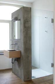 Perete beton spatiu dus baie