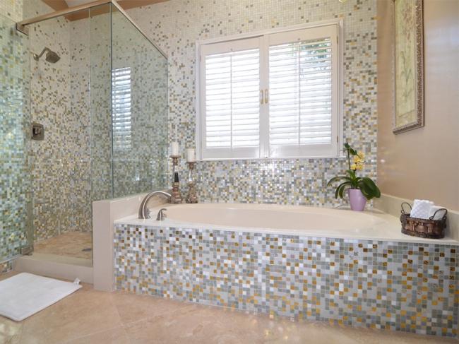 baie-decorata-cu-mozaic-alb-gri-auriu