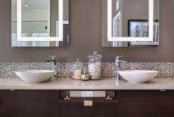 brau-perete-baie-moderna-placat-mozaic