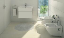 Baie mica cu pardoseala ceramica placi mari si toaleta pe perete