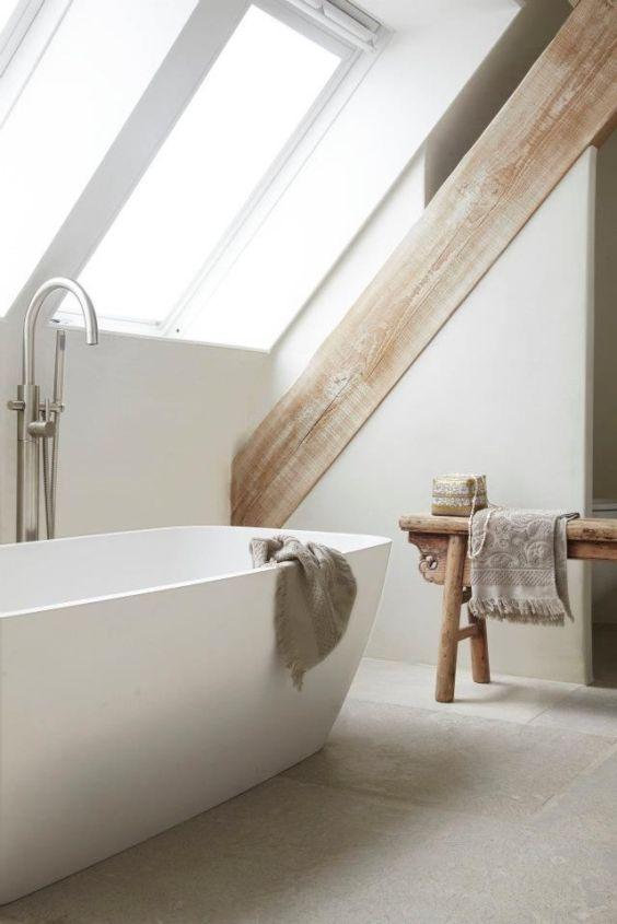 Baie cu cada la mansarda design modern minimalist cu lemn