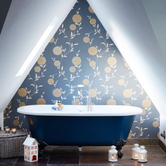 Baie cu design retro in nuante de albastru si auriu, cada freestanding, la mansarda