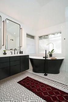 Baie cu design clasic alb-negru cu cada greestanding si baterii sanitare negre
